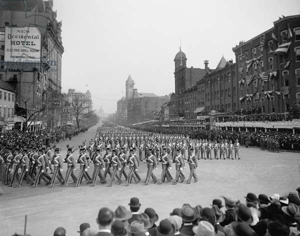 Inauguration Parade for U.S. President Woodrow Wilson, Pennsylvania Avenue, Washington DC, USA, Harris & Ewing, March 4, 1913 (b/w photo)