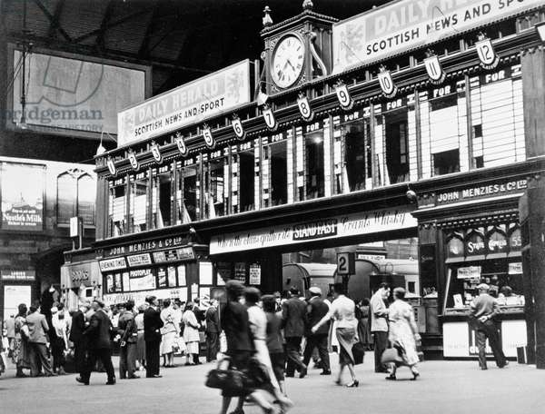 Concourse and destination board at St. Enoch Station, 1955 (b/w photo)
