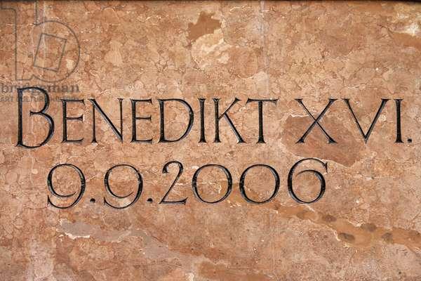 Slab commemorating Pope Benedikt XVI's visit to Marienplatz, Munich, Munich, Allemagne