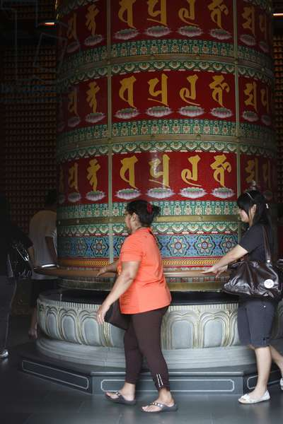 The world's largest prayer wheel in Buddha's tooth relic temple Singapour singapour