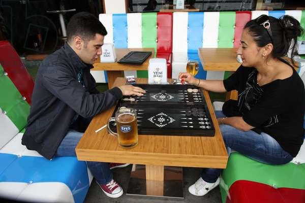 Couple playing backgammon Istanbul Turquie