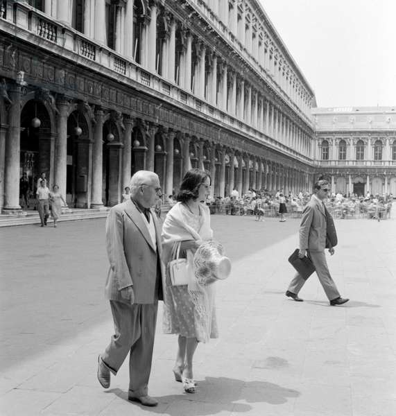 THE ACTOR AND DIRECTOR CHARLIE CHAPLIN WITH HIS WIFE OONA O 'NEAL IN S.MARCO SQUARE- VENICE -1959
