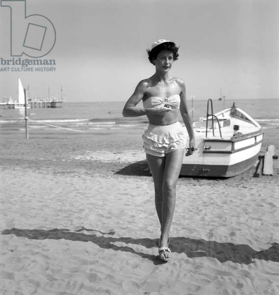 THE ACTRESS HEDY LAMARR AT VENICE LIDO BEACH - 1955