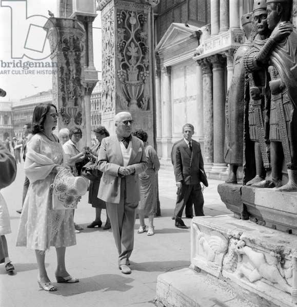THE ACTOR AND DIRECTOR CHARLIE CHAPLIN WITH HIS WIFE OONA O 'NEAL IN S. MARCO SQUARE - VENICE -1959