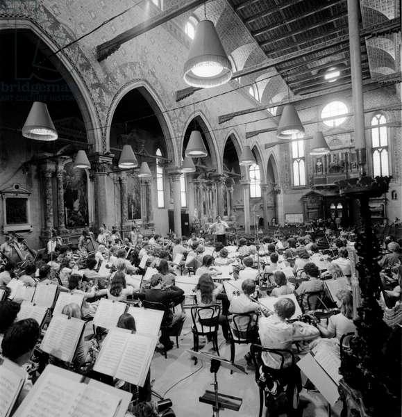 THE CONDUCTOR CLAUDIO ABBADO DURING A CONCERT IN SANTO STEFANO CHURCH IN VENICE - 1978