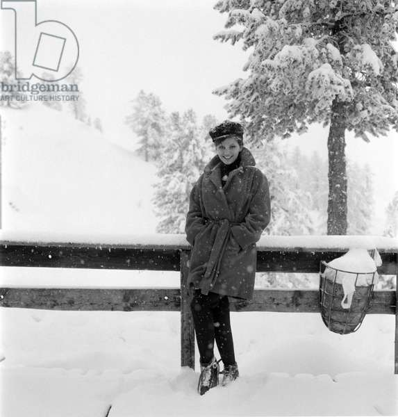 """THE ACTRESS CLAUDIA CARDINALE IN CORTINA D'AMPEZZO, ON THE SET OF THE MOVIE """""""" THE PINK PANTHER """""""" DIRECTED BY BLAKE EDWARDS - 1963"""