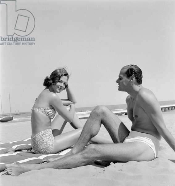 THE COUNTESS CONSUELO CRESPI (CONSUELO O 'CONNOR) WITH VALERIAN RYBAR AT VENICE LIDO BEACH - 1955 -