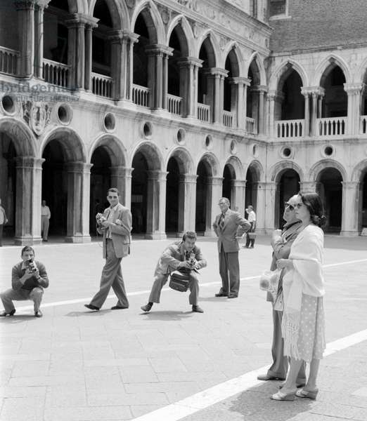 THE ACTOR AND DIRECTOR CHARLIE CHAPLIN WITH HIS WIFE OONA O 'NEAL IN S. MARCO SQUARE - VENICE - 1959