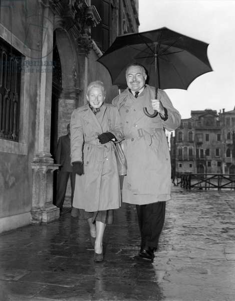 THE WRITER ERNEST HEMINGWAY WITH HIS WIFE IN VENICE - 1948
