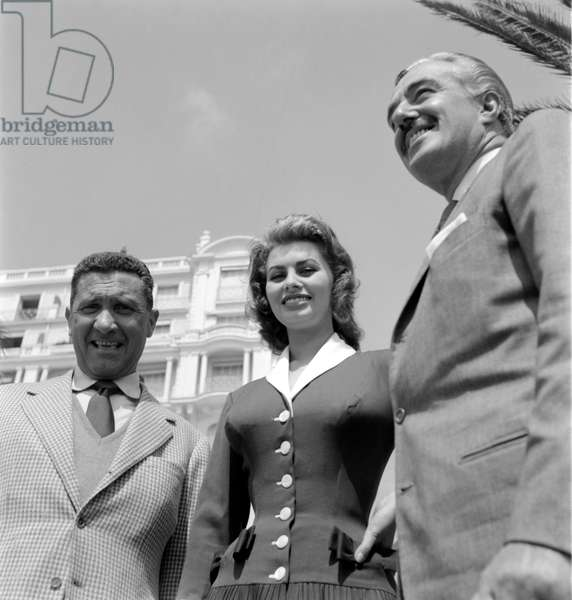 THE DIRECTOR AND ACTOR VITTORIO DE SICA WITH THE ACTRESS SOPHIA LOREN AND THE ACTOR PAOLO STOPPA AT THE INTERNATIONAL FILM FESTIVAL IN CANNES - 1955