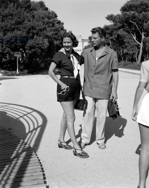 THE ACTRESS MARIA MONTEZ WITH HER Husband THE ACTOR JEAN-PIERRE (Jean Pierre) AUMONT AT CAP D'ANTIBES - 1950 -