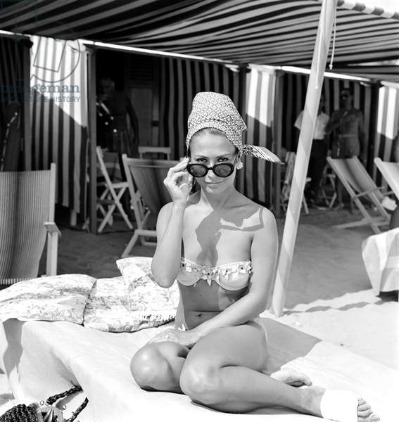 THE ACTRESS FRANCA BETTOJA (Bettoia) in bikini and sunglasses with a scarf AT VENICE LIDO BEACH - 1964