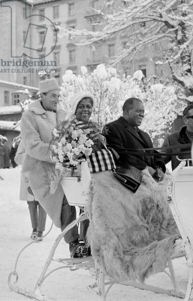 THE JAZZ SINGER AND TRUMPET PLAYER LOUIS ARMSTRONG WITH HIS WIFE IN GSTAAD (SWITZERLAND) - 1960