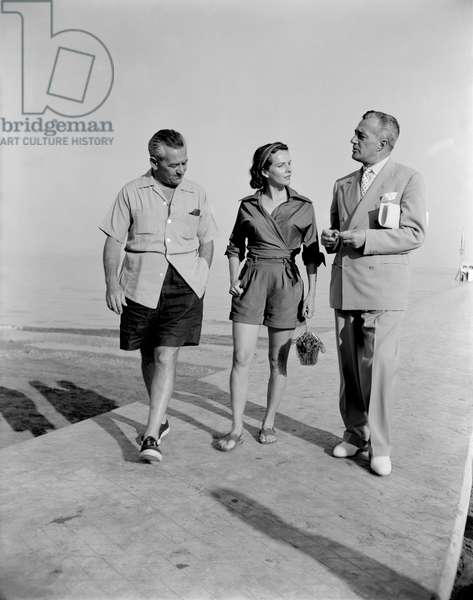THE DIRECTOR WILLIAM WYLER WITH HIS WIFE AND THE DIRECTOR, ACTOR VITTORIO DE SICA AT VENICE LIDO BEACH - 1951