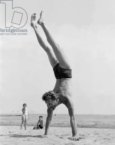 THE ACTOR KIRK DOUGLAS ON THE VENICE LIDO BEACH - 1953