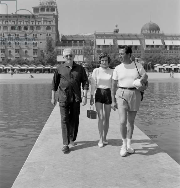 THE ACTOR, DIRECTOR, WRITER AND PRODUCER ANATOLE LITVAK WITH THE ACTRESS MICHELE AMON (in shorts) WITH HER Husband in VENICE - 1959