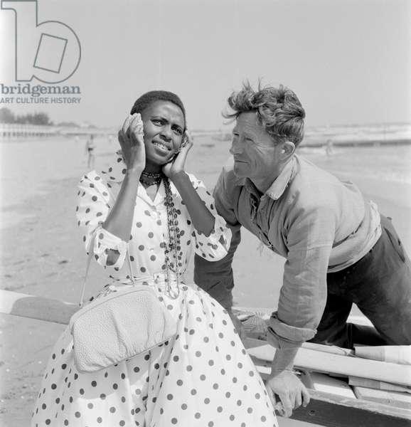 THE SINGER AND ACTRESS MIRIAM MAKEBA AT VENICE LIDO BEACH - 1959