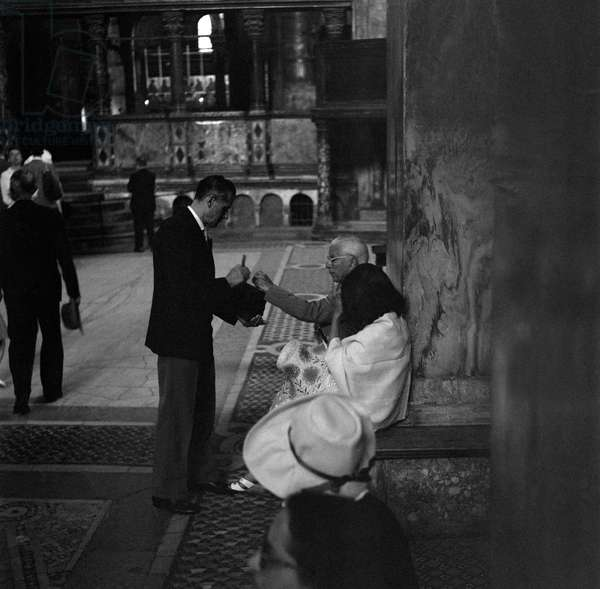 THE ACTOR AND DIRECTOR CHARLIE CHAPLIN WITH HIS WIFE OONA O 'NEAL IN S. MARCO CHURCH - VENICE - 1959