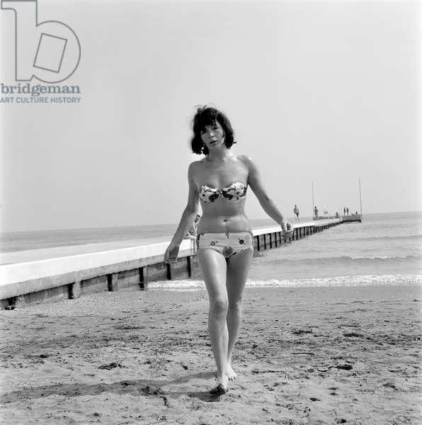 THE SINGER JULIETTE GRECO IN THE VENICE LIDO BEACH (bikini) - 196?