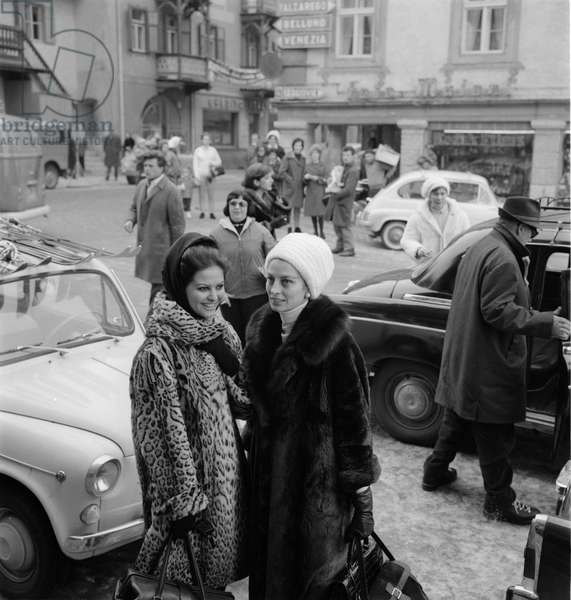"THE ACTRESS CLAUDIA CARDINALE WITH THE ACTRESS AND FASHION MODEL CAPUCINE IN CORTINA D'AMPEZO, ON THE SET OF THE MOVIE """" THE PINK PANTHER """" DIRECTED BY BLAKE EDWARDS - 1963"