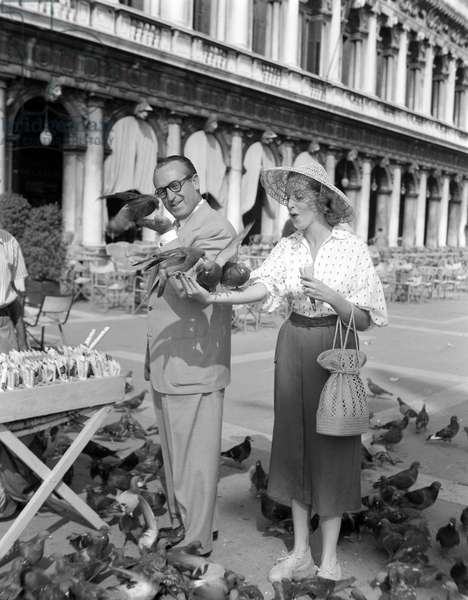 THE ACTOR HAROLD LLOYD WITH HIS DILL GLORIA IN VENICE (they pose with pigeons) - 1951