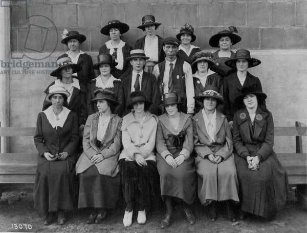 Girls from the Sheet Metal section, 1918 (b/w photo)