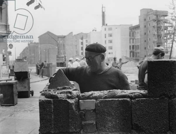 Construction of the Berlin Wall at the corner of Lindenstrasse and Zimmerstrasse, 18 August 1961 (b/w photo)