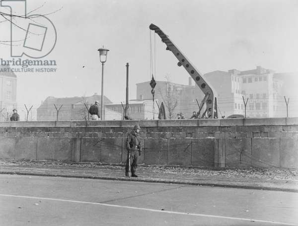 The construction of the Berlin Wall at the Brandenburg Gate, 20 November 1961 (b/w photo)
