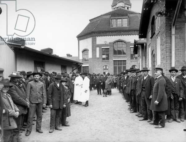 Emigrants waiting before the terminal building, from the photo series 'The new emigrant city HAPAG on the Veddel in Hamburg', 1909 (b/w photo)