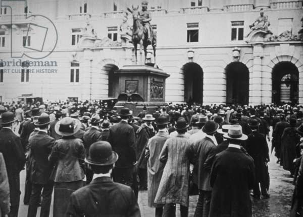 Crowd outside the Austrian war ministry following the declaration of war, Vienna, end of July 1914 (b/w photo)