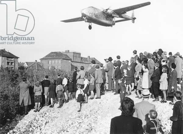 An American plane landing at Tempelhof airport during the Berlin Airlift (24th June 1948 - 11th May 1949), Berlin, 17th October 1948 (b/w photo)