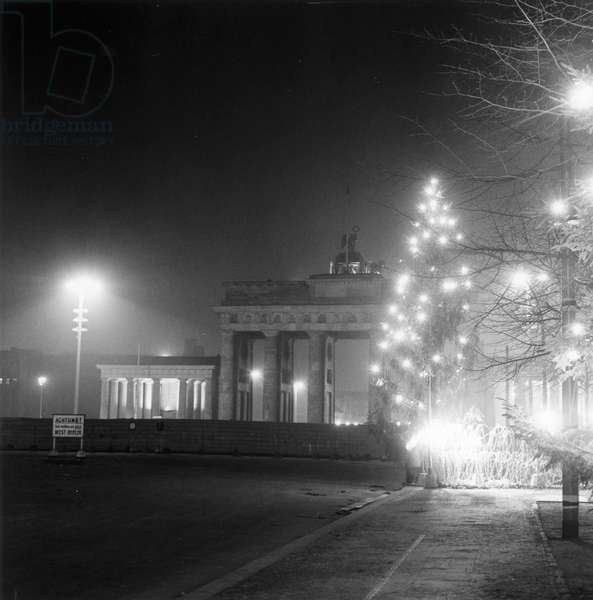Christmas trees at the border by the Brandenburg Gate, seen from West Berlin, 17 December 1961 (b/w photo)