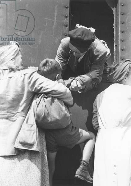 Berliners rush to board a train at Lichterfelde-Sued station, Berlin, June 1946 (b/w photo)