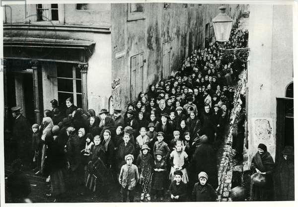 Queueing for food, Berlin, c.1917 (b/w photo)