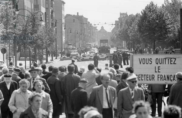 Closure of the sector border at Chausseestrasse prior to the completion of the Berlin Wall, seen from West Berlin, 23 August 1961 (b/w photo)