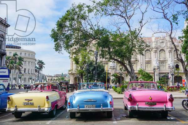 Classic cars in Parque Central, Havana, Cuba (photo)