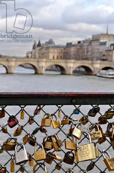 Love padlocks on the Pont des Arts, Paris, France (photo)
