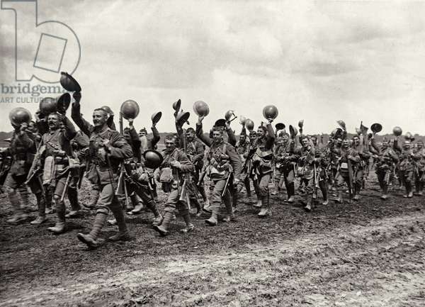 The Worcesters on their way to the battle, 1914-18 (b/w photo)