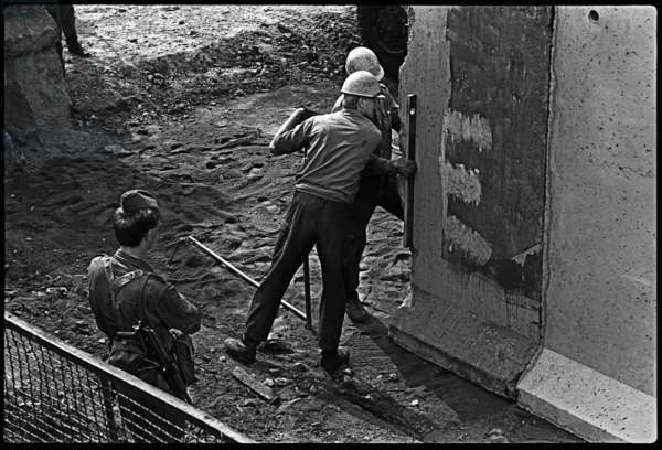 Border soldiers watch engineers modernising the Berlin Wall, 1985 (b/w photo)