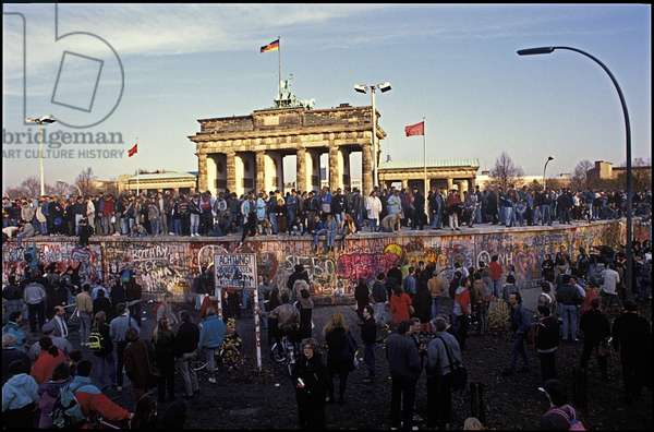 Berliners from East and West celebrating the opening of the border at the Berlin Wall, Brandenburg Gate, Berlin, 9th November 1989 (photo)