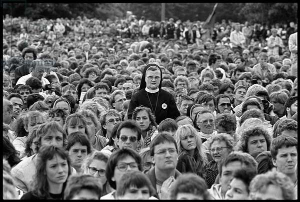 Crowd gathered at the end of a catholic convention, Berlin, May 1990 (b/w photo)