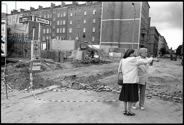 Berliners in the former military zone on the corner of Bernauer Strasse and Wolliner Strasse, Mitte, Berlin, June 1990 (b/w photo)