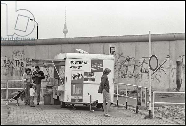 Tourists at the Berlin Wall, Potsdam Square, 1981 (b/w photo)