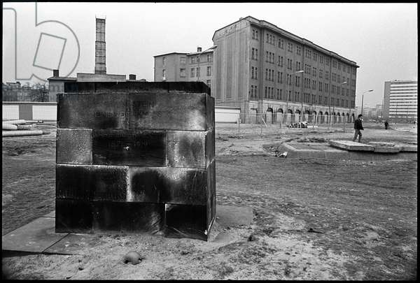An empty pedestal that previously held a memorial to Kark Liebknecht in the former prohibited area around the Berlin Wall, 1990 (b/w photo)