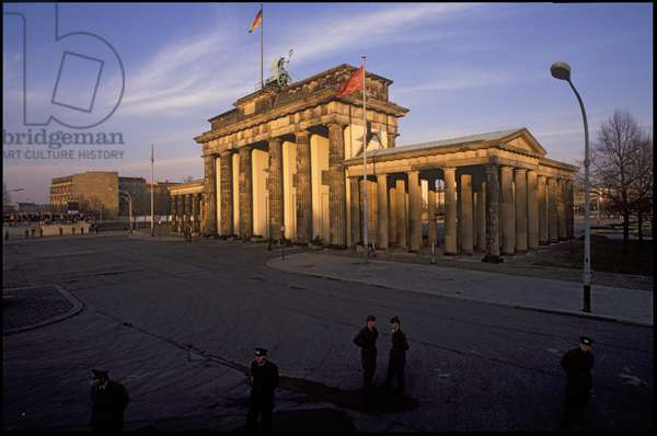 Border control by the Brandenburg Gate, Berlin, East Germany, 10th November 1989 (photo)