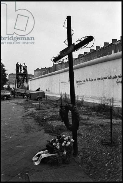 Memorial to victims of the Berlin Wall, Bernauer Strasse, 1981 (b/w photo)