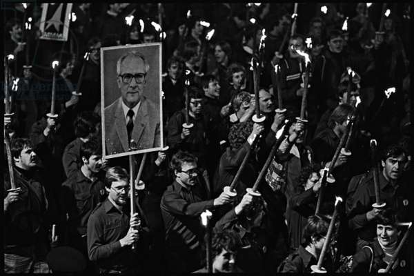 Torchlight procession of the Free German Youth to celebrate the 35th anniversary of the foundation of East Germany, 1984 (b/w photo)