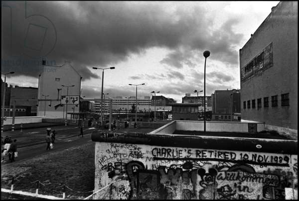 Border crossing point in the vicinity of the Allied Checkpoint Charlie, 15th December 1989 (b/w photo)