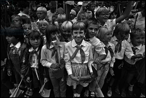 Children at the so-called Call to Arms to celebrate the 25th anniversary of the building of the Berlin Wall, 1986 (b/w photo)