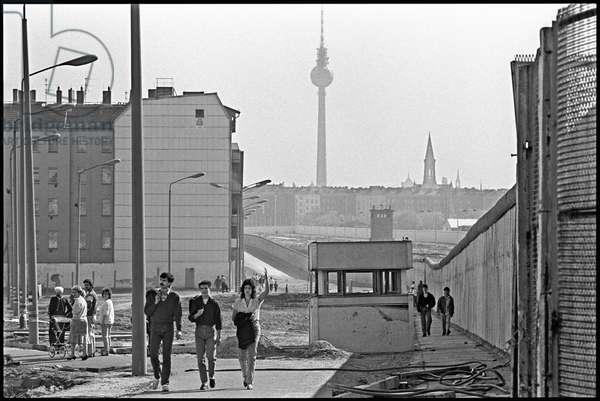 Berliners walking through former restricted zone in Schwedter Strasse, Bezirk, Prenzlauer Berg, Berlin, April 1990 (photo)